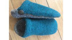 Les pantoufles style mule sont tricotées à la main puis feutrées. Elles sont disponibles en laine d'alpagas ou de moutons en différentes tailles pour femmes ou hommes et couleurs