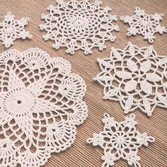 Вязаные салфеточки :) пробовала новенькие схемы #вязание #вязаниекрючком #вяжукрючком #вяжутнетолькобабушки #вязаныесалфетки #вязанаясалфетка #салфетка #салфеткакрючком #снежинки #ручнаяработа  #crochet #knitting #handmade