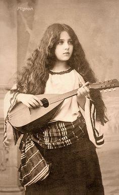 GAROTA CIGANA (FOTO: FLICKR) - Cartão postal de 1900 mostram a beleza feminina da época