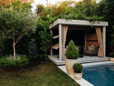 pergola avec rideaux -beige-fauteuils-jardin-bois-plantes-vivaces