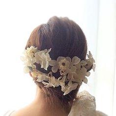 アイボリーカラー(生成り色)で落ち着いた大人の雰囲気の花冠です。花材は高品質なアーティフィシャルフラワー(造花)を使用しています。やや大きめな花びらのハイドランジア(紫陽花)と素朴なミニローズの組み合わせ。リボンは取り外しできます。二つ折りにしてヘッドピースにすることも可能。素材:造花、ワイヤー、フラワーテープ、サテンリボン長さ:約50cm※オーダー頂いてから製作いたします。 <For Japan>◯月◯日までに届く様に…等の納期指定が2週間以内のご注文の場合は宅急便または追跡機能付き配送方法でで対応いたします。送料無料(定形外郵便)では対応いたしかねます、ご了承ください。 納期日が10日未満の場合はご相談の上ご注文ください。<For HongKong,Taiwan>ご入金確認後、製作するのに10日程頂戴いたします。お届け日数は約一週間です。納期指定は承れませんのでご了承ください。カテゴリー:Wedding(ウェディング) ,Maternity Photo(マタニティーフォト) 、成人式…