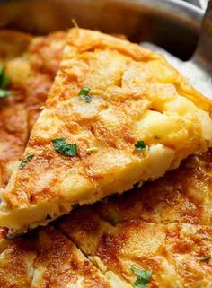 The name of the recipe that we are going to cook today is Spanish omelette.Check out the Best Spanish Omelette Recipe To Try Now French Omelette, Spanish Omelette, Tapas Menu, Tapas Dishes, Bbc Good Food Recipes, Cooking Recipes, Spanish Tortilla Recipe, Spanish Potatoes, Cheese Omelette