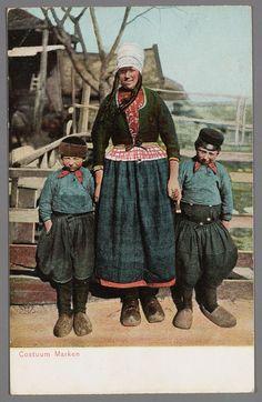 Marken 1900-1910 Vrouw poseert met twee jongens aan de hand, alledrie in Marker dracht. #NoordHolland #Marken