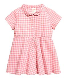 Pink/checked. Checked dress in airy, woven cotton fabric with a rounded collar. Buttons at front, short sleeves, seam at waist, and circle skirt.