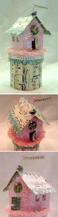 Boite ronde en papier mâché de style shabby recouverte de papier à musique et ornée d'une maison pailletée. Lien de complément : http://michellemwhite.typepad.com/my_paper_tales/2007/11/info-on-glitter.html