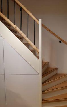 Houten trapleuning met  een landelijke robuuste trapleuning afscheiding met zwarte spijlen en zwarte beugels. www.decoratietakken.nl