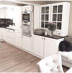 Kitchen Kitchen Designs, Kitchen Ideas, Living Room Grey, Home Kitchens, Kitchen Cabinets, Room Decor, House, American Kitchen, White Kitchens
