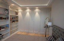 szafy oraz biblioteka w sypialni - zdjęcie od Artystyczna Manufaktura - klasyczne meble na wymiar