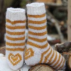 Søte ullsokker med striper og hjerte på hælen. Strikkes i Fjell sokkegarn 3. Oppskrift til barn/dame. Okergul 526: 100 g… Baby Knitting Patterns, Knitting Socks, Knit Crochet, Knits, Crocheting, Fashion, Threading, Knit Socks, Crochet