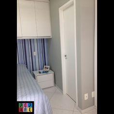 """Neste apartamento studio, podemos destacar como a pintura deu unidade no ambiente, não deixa os móveis """"soltos"""", sem ligação. O imóvel é alugado e não podia ter grandes alterações, já veio com marcenaria e piso, então a transformação se completou com a escolha certa da pintura e do papel de parede!   #arquitetura #arquiteturadeinteriores #pintura #revestimentos #aptostudio #aptoalugado #quarto #suite #instadecor #arqtips"""