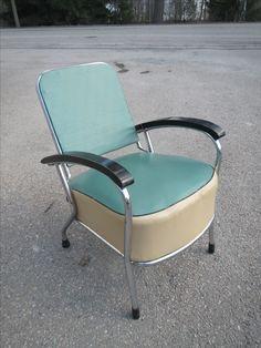 Ihana 50-luvun tuoli, ehjä, patinaa pinnoissa.  160 euroa.