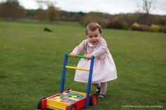 Cute: nieuwe foto's prinses Charlotte! En wat lijkt ze op haar grote broer!