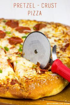 Is it a pretzel or a pizza? This Pretzel Crust Pizza is the perfect weekend meal for watching the big game! Pretzel Crust Pizza, Pizza Dough, Pizza Pizza, Pretzel Bread, Chicken Pizza, Calzone, Stromboli, Pasta, Italian Recipes