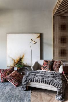 The composition evokes the question of sustainability with great charm, harmonized with the tendency to rescue the past and proximity to nature. Flávia Mattar for Parana's Casa Cor. Luxury Home Furniture, Rustic Furniture, Antique Furniture, Therapy Office Decor, Interior Exterior, Living Room Inspiration, Art Deco, Interiores Design, Luxury Homes