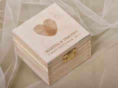 Scatola di portatore di anello di legno intagliata. Perfetto per sopportare il vostro anelli per il tuo matrimonio o usate come casella di