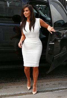 Vestido simples de Kim Kardashian, boa idéia pra festa de noivado, chá de lingerie, etc.