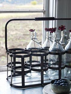 Otra manera de presentar flores - usar botellas como floreros #Affari #estilonordico