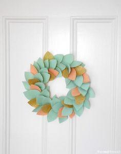 Eenvoudig een leuke krans maken in de kleuren van het jaargetijde of feestdagen.