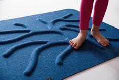 RootyRUG je unikátní koberec, který probouzí vaše chodidla k životu. Jeho povrch je nepravidelně hrbolatý a mírně drsný, aby co nejvěrněji simuloval přírodní terén.  RootyRUG je vhodný pro dětské nožičky i pro dospělé. Neklouže, nestudí, je bezpečný. Výrazná, sytá červená barva se hodí do moderních prostorů.  RootyRUG je stvořený pro chůzi a cvičení naboso či v ponožkách. Je to perfektní pomocník pro sportovce i rehabilitující pacienty s ortopedickými vadami. Malým dětem pomáhá ke zdravému… Korn, Blue, Home Decor, Decoration Home, Room Decor, Interior Decorating