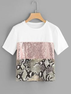 Casual Colorblock and Snakeskin Print Regular Fit Round Neck Short Sleeve Pullovers Multicolor Regular Length Contrast Sequin Panel Tee Diy Fashion, Fashion Dresses, Fashion Design, Cheap Fashion, Umgestaltete Shirts, Streetwear Summer, Sequin Fabric, Mode Hijab, Neck Pattern
