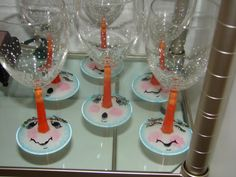 Snowmen Wine Glasses - cute idea to hand paint on dollar store glasses Wine Glass Crafts, Wine Craft, Wine Bottle Crafts, Wine Bottles, Diy Wine Glasses, Hand Painted Wine Glasses, Painting On Wine Glasses, Snowman Crafts, Holiday Crafts
