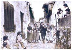 Músicos ambulantes na rua Prazer. Tui, 1925. Foto de Gonzalo Gutiérrez.