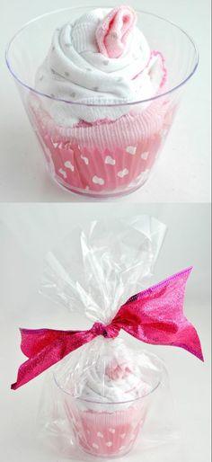 DIY - cadeau pour la naissance d'une petite fille - Baby Diy - cupcake for kids Diy Baby Gifts, Baby Crafts, Craft Gifts, Cute Gifts, Cadeau Baby Shower, Idee Baby Shower, Baby Shower Gifts, Baby Shower Gift Basket, Diy Shower