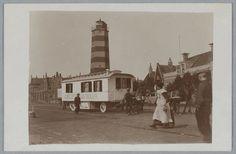 De kermiswagen van Carl Welte's Kinomatographie (rondreizende bioscoop) op de Havenweg, met de houten vuurtoren, 1911. Lighthouse