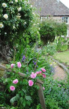 Amberley, West Sussex, England. Love the little retaining feature for the pea gravel.