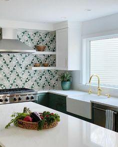 "Karen Berkemeyer Home on Instagram: ""Another stunner from this colorful mid-century modern kitchen.✨ Designed by Amy Bryant Eisenberg • @studio.bryant 📸: @reed.bryant"" Mid Century Modern Kitchen, Kitchen Images, Modern Kitchen Design, Mid-century Modern, Amy, Kitchen Cabinets, Colorful, Studio, Table"