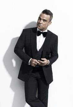 I never thought that I'd put Robbie Williams on here, but this is good dinner suit. Robbie Williams Take That, Weird Haircuts, Beautiful Men, Beautiful People, Howard Donald, Mark Owen, Evening Attire, Tuxedo For Men, Hollywood