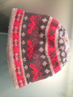 Berretto in pura lana con farfalle