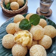 Resep kue basah tradisonal yang terkenal Instagram Indonesian Desserts, Indonesian Cuisine, Asian Desserts, Sweet Desserts, Cake Recipes, Snack Recipes, Cooking Recipes, Snacks, Herbal Drink Recipe