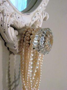 A Positively Beautiful Blog...pearls on a crystal door knob Crystal Door Knobs, Glass Door Knobs, Vintage Frames, Vintage Decor, Shabby Vintage, Vintage Accessoires, Hanging Necklaces, Fru Fru, Bling