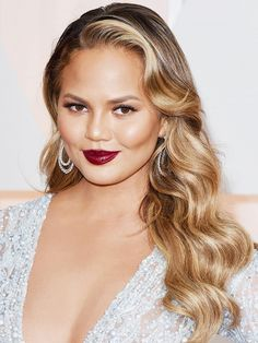 11 Most Flattering Hairstyles for Round Faces: The Hollywood Glamour Look on Chrissy Teigen.