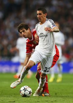 Ángel Di María is challenged by Javi Martínez during the UEFA Champions League semi-final first leg match between Real Madrid CF and FC Bayern München at Estadio Santiago Bernabéu on April 23, 2014 in Madrid, Spain.