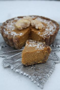 Fully Raw Pumpkin Pie, both vegan friendly and refined sugar free. Sweetened with dates and raisins! From Sweetly Raw