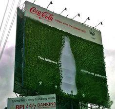 """Divulgação da marca e, ao mesmo tempo, contribuição para o combate ao aquecimento global. Essa foi a """"sacada publicitária"""" da Coca-Cola, em parceria com a ONG WWF – World Wildlife Fund, que recentemente colocou um outdoor vivo no cruzamento de duas movimentadas avenidas da cidade de Makati, nas Filipinas."""