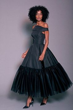 The complete Christian Siriano Pre-Fall 2018 fashion show now on Vogue Runway. The complete Christian Siriano Pre-Fall 2018 fashion show Trend Fashion, Autumn Fashion 2018, Runway Fashion, Fashion Design, Fashion Tips, Beautiful Gowns, Beautiful Outfits, Christian Siriano, Fashion Show Collection