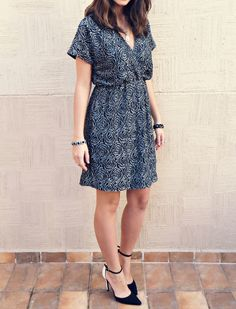 Vestido curto de festa simples com renda bordada e metalizada. Short party dress and scarpin bicolor #style #lookdodia #ootd #fashionblogger #blogdemoda Wrap dress - Vestido envelope