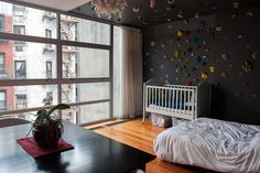 高さ9フィートのクライミング練習用の壁。取り外し可能で石こうボードなどに変えることができるという。・・・【スライドショー】NYの最上階メゾネット型マンション、クライミング練習用の壁あり - WSJ.com
