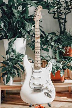 Music Guitar, Guitar Chords, Guitar Amp, Cool Guitar, Playing Guitar, Guitar Fender, Stratocaster Guitar, Fender Stratocaster White, Gibson Guitars