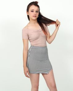Croptop ajustado (rosa cuarzo) Falda asimétrica con estampado lineal blanco y negro