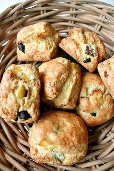 고구마 초콜릿 칩 스콘 : 네이버 블로그 Croissant Sandwich, Afternoon Tea Recipes, Loaf Cake, Korean Food, Food Plating, Bagel, Scones, Coffee Shop, Sandwiches