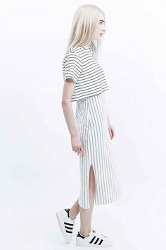 Pippa Lynn – Gestreiftes T-Shirt-Kleid in Weiß