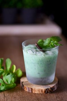 Patrick's Day cocktail. Tastes just like a thin… Thin Mint Cocktail – Perfect St. Patrick's Day cocktail. Tastes just like a thin mint Girl Scout cookie! Fun Cocktails, Cocktail Recipes, My Recipes, Favorite Recipes, Sweets Recipes, Andes Mint Chocolate, St Patricks Day Drinks, Thin Mint Cookies, Easy Party Food