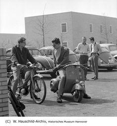 HANNOVER 1959 Motorisierte Schüler Vor der Tellkampfschule in der Südstadt mit Moped, Roller und Auto.