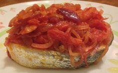 Tranci di salmone con pomodorini e cipolla rossa