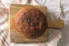 Zatiaľ čo tradičné chlebové recepty vyžadujú veľa trpezlivosti a dlhé čakanie kým riadne vykysnú, náš špaldový chlieb netreba miesiť a nekysne.