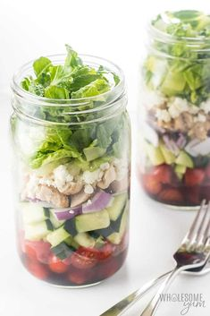 Healthy Low Carb Meal Prep: Greek Mason Jar Salad Recipe with Chicken - This Greek Mason jar salad recipe with chicken makes for super easy low carb meal prep! Just a few common ingredients & 10 minutes prep time. Keto Foods, Healthy Low Carb Recipes, Healthy Foods To Eat, Healthy Snacks, Keto Lunch Ideas, Lunch Recipes, Salad Recipes, Diet Recipes, Meal Ideas